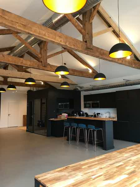 2ème espace ouvert avec salle de réunion/repos jaune
