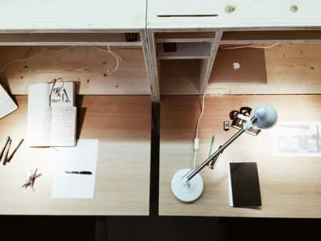 Bureau fixe dans un open space-1