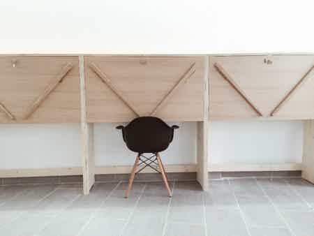 Bureau fixe dans un open space