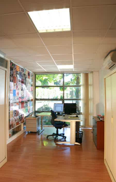 Bureau dans un espace partagé convivial