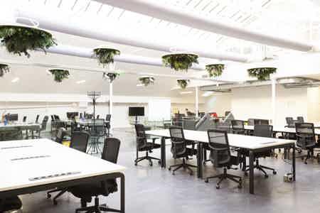 Espace  de 87O m² proche canal St Martin-16