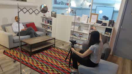 La salle lounge, utilisée ici pour une interview vidéo