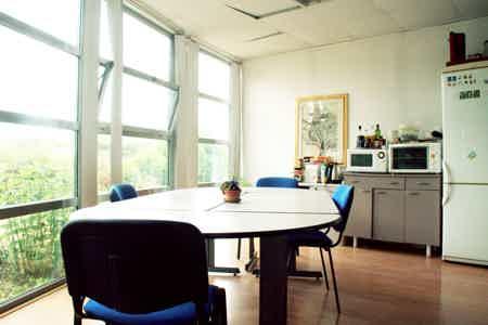 Bureau dans un espace partagé convivial-2