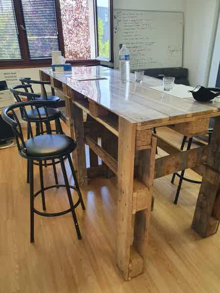 Bureau meublé avec 4 postes