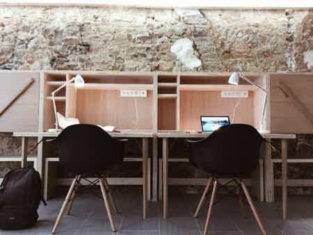Bureau fixe dans un open space-4