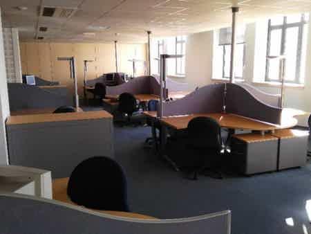 Poste personnel dans openspace spacieux et calme-3