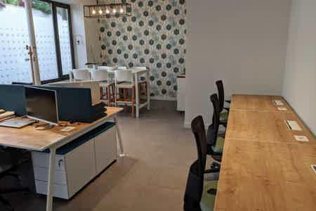 Espace de 4 postes dans bureaux rénovés
