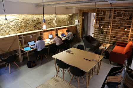 Bureau fixe dans un open space-5