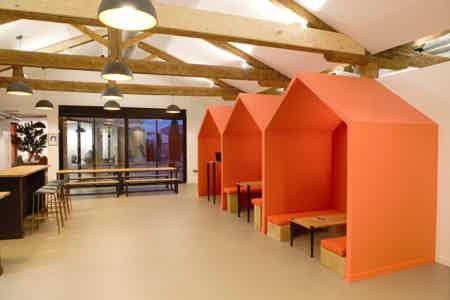 Salle de réunion principale pour 14 personnes