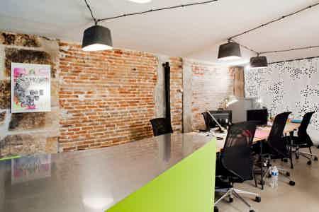 3 postes de travail dans bureau ouvert