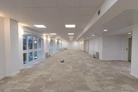 Près de 1000 m2 rénovés sur un niveau
