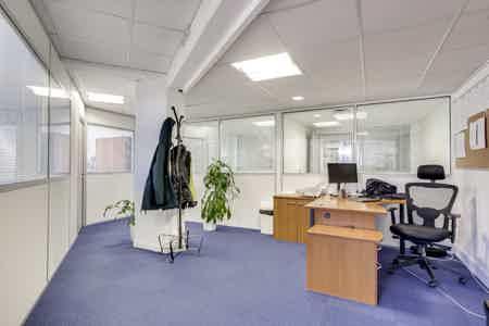Bureaux cloisonnés de 146 m2-11