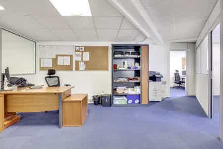 Bureaux cloisonnés de 146 m2-8