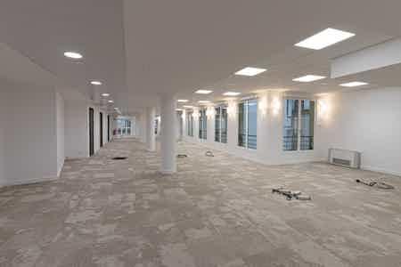 Près de 1000 m2 rénovés sur un niveau-3