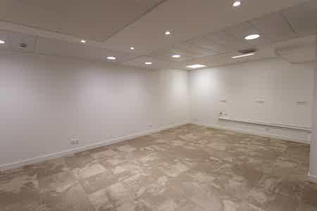 Près de 1000 m2 rénovés sur un niveau-6
