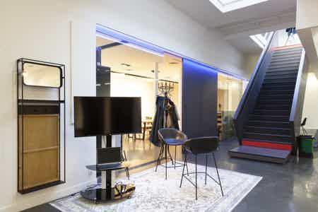 Espace  de 87O m² proche canal St Martin-6