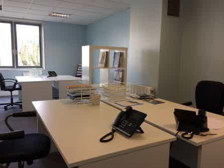 1 bureau 2/3 pers + salle de réunion